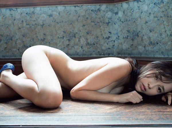 裸で床に寝そべる伊藤ゆみ